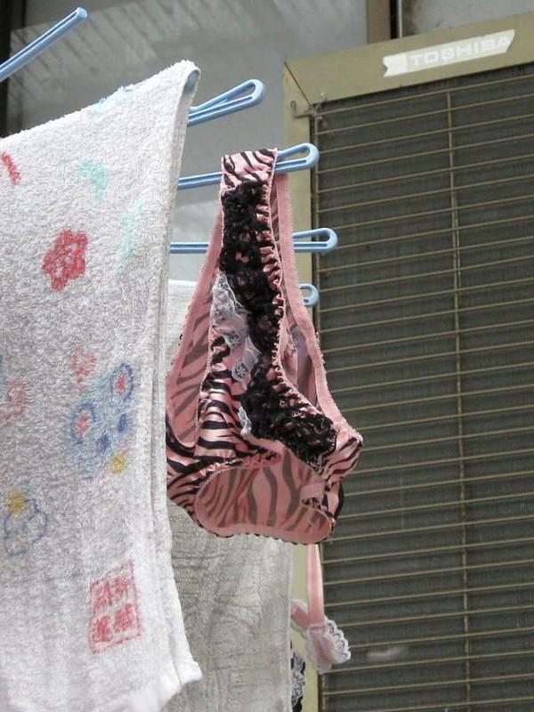 クロッチに染み付いた匂いが洗濯物から匂いそうなガチ盗撮下着エロ画像 2320