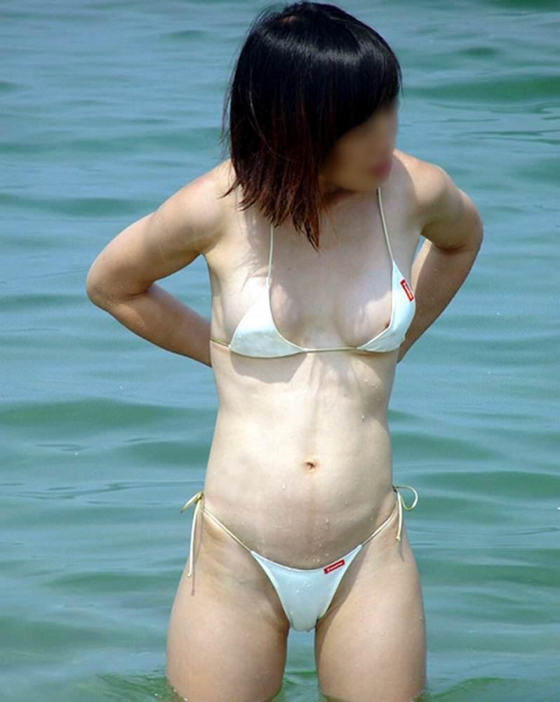 水圧でこぼれた素人娘のビキニおっぱいがエロ過ぎる乳首丸見えエロ画像 2324