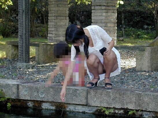 子連れママーンのパンチラを街撮り盗撮wwwww 2328