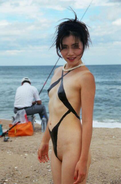 裸に見えないまさかのボディ・ペインティングで素っ裸な露出狂娘のエロ画像 242