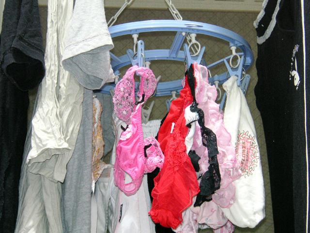 クロッチに染み付いたマンカスが洗濯物から匂いそうなガチ盗撮下着エロ画像 2420