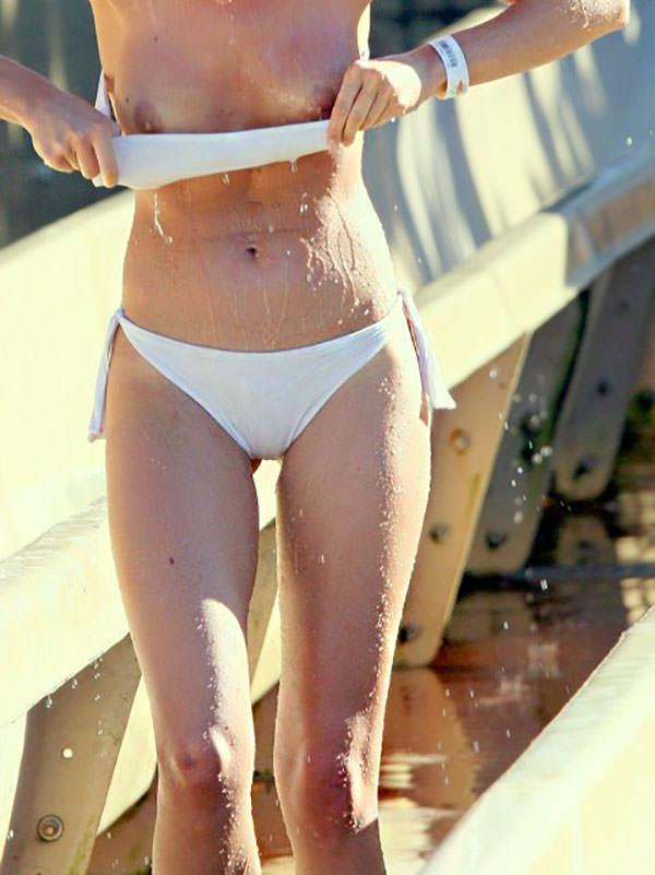 水圧でこぼれた素人娘のビキニおっぱいがエロ過ぎる乳首丸見えエロ画像 2424