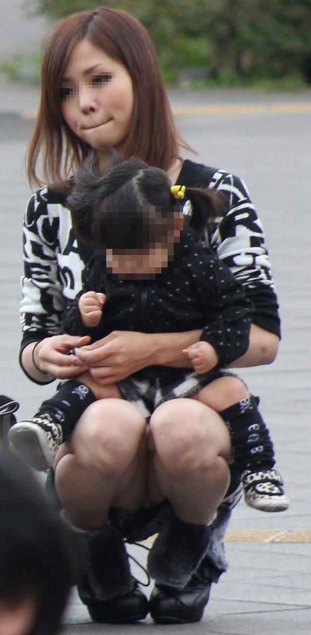 子連れママーンのパンチラを街撮り盗撮wwwww 2425