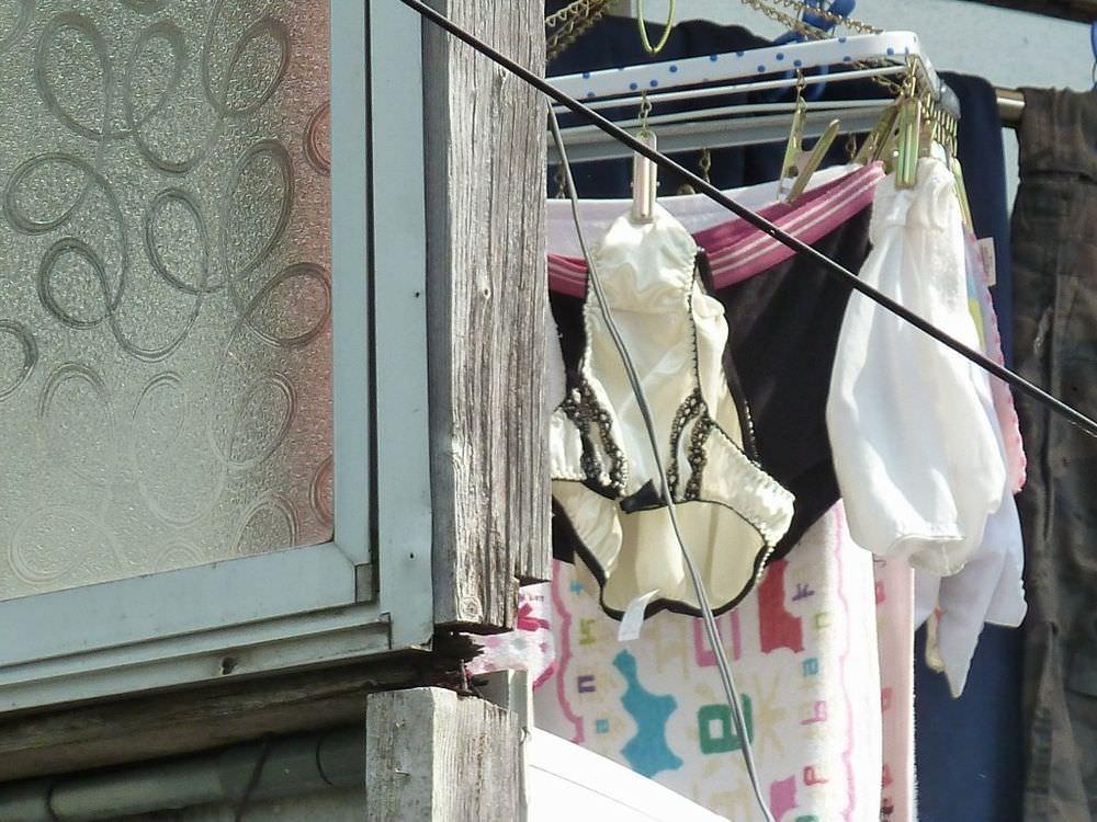 クロッチに染み付いたマンカスが洗濯物から匂いそうなガチ盗撮下着エロ画像 2519