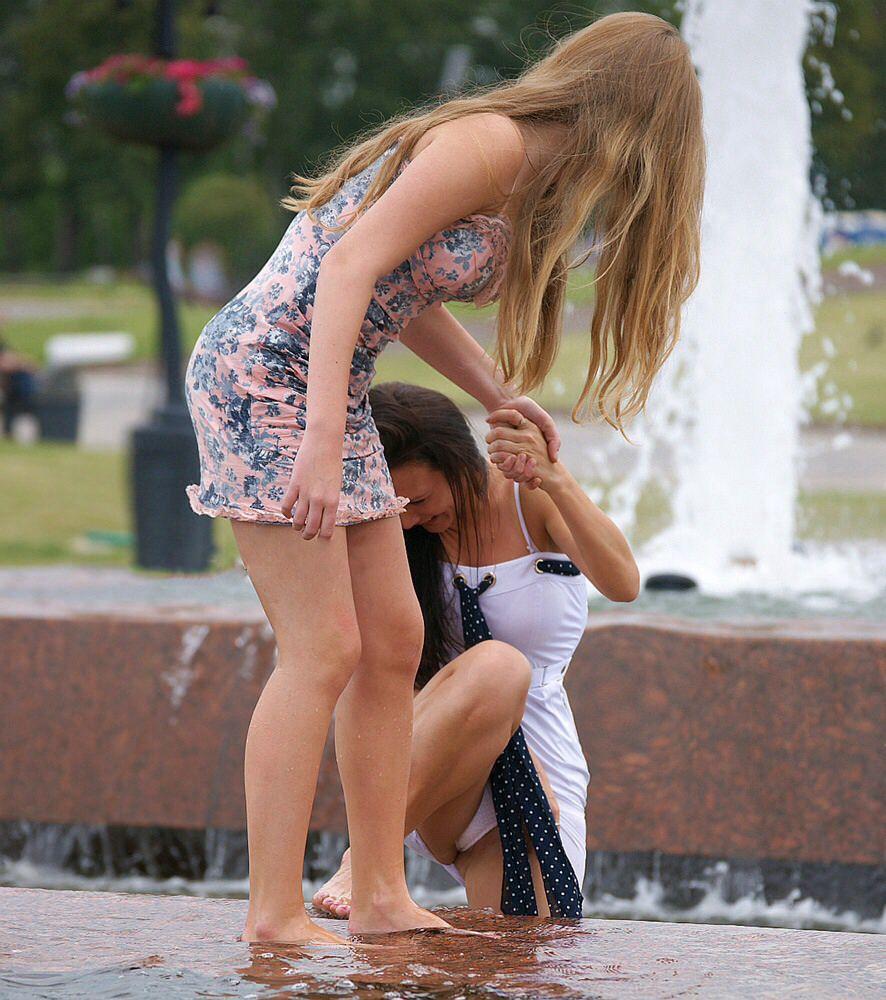 海外素人美人のくっさいマン臭漂うパンチラを街撮り盗撮したエロ画像 257