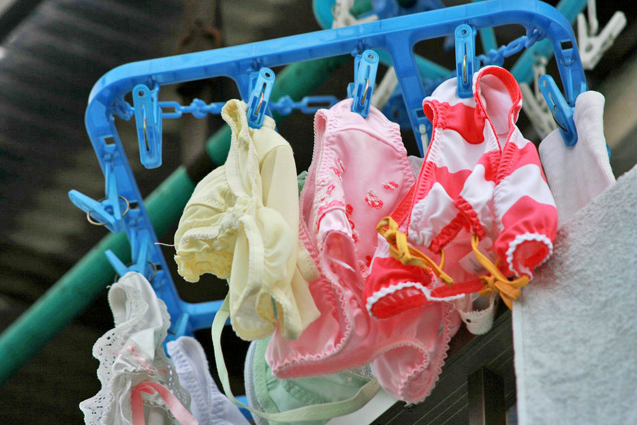クロッチに染み付いたマンカスが洗濯物から匂いそうなガチ盗撮下着エロ画像 2916