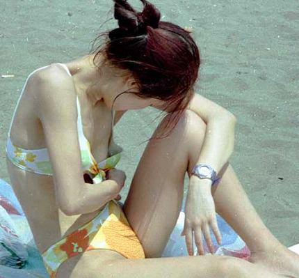 水圧でこぼれた素人娘のビキニおっぱいがエロ過ぎる乳首丸見えエロ画像 2920