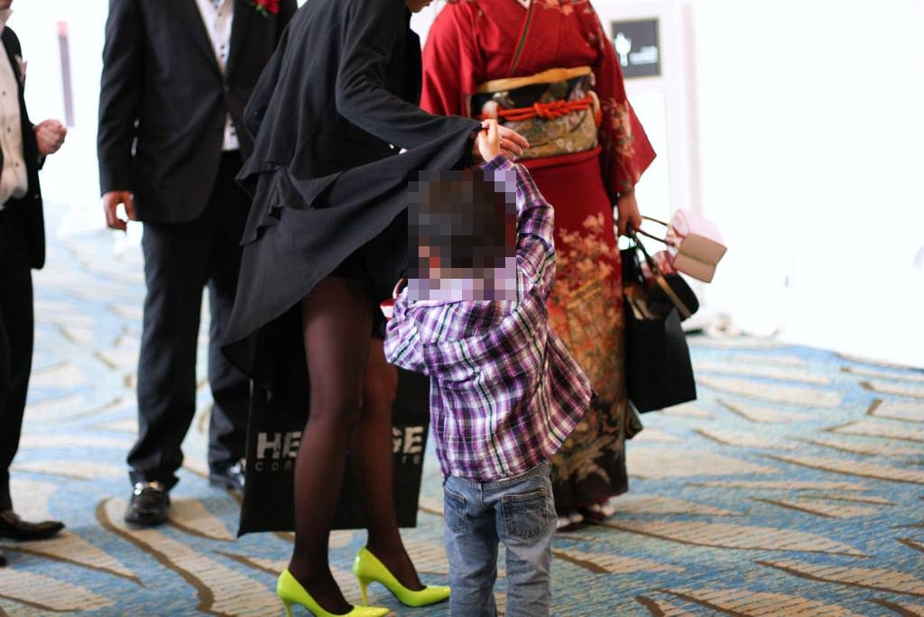 子連れママーンのパンチラを街撮り盗撮wwwww 2921