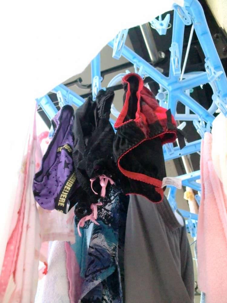 クロッチに染み付いた匂いが洗濯物から匂いそうなガチ盗撮下着エロ画像 3016