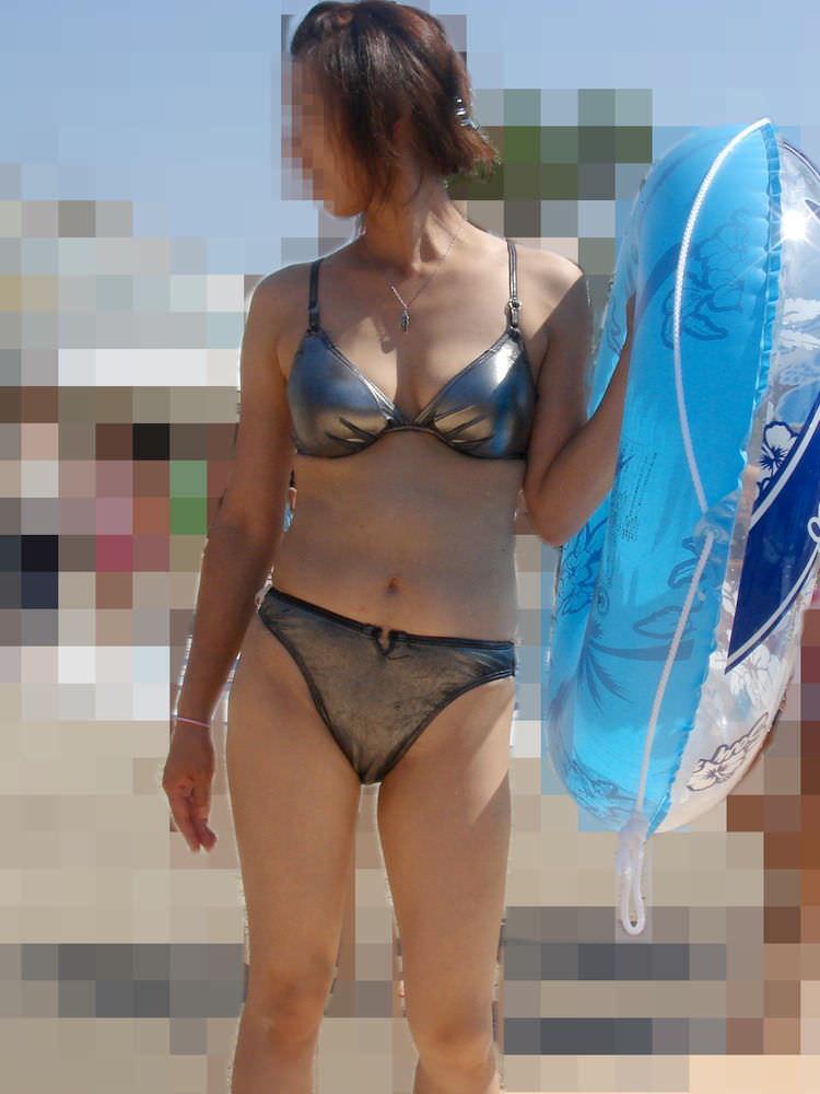授乳期の素人妻は乳袋を隠し切れないwww胸チラ巨乳おっぱいを街撮り盗撮エロ画像 3103