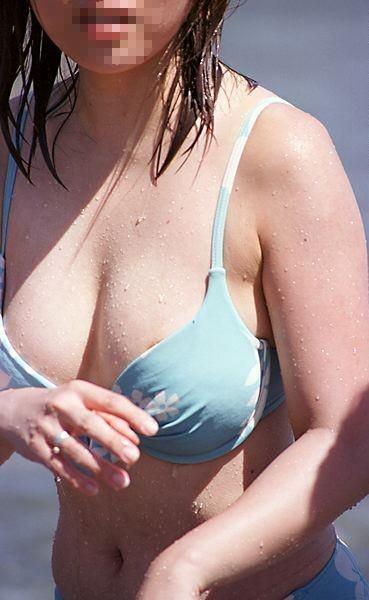 水圧でこぼれた素人娘のビキニおっぱいがエロ過ぎる乳首丸見えエロ画像 3127
