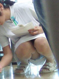 スケベな病人がナースのスカートの中身をガチ盗撮したパンチラ素人エロ画像 320