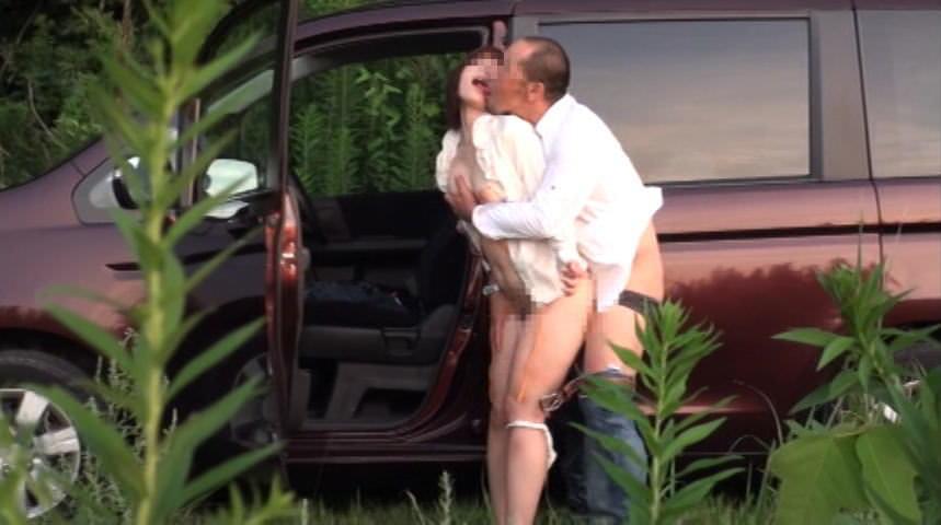 家帰るまで我慢出来ずに野外で彼女を犯す野外セックスエロ画像 3213