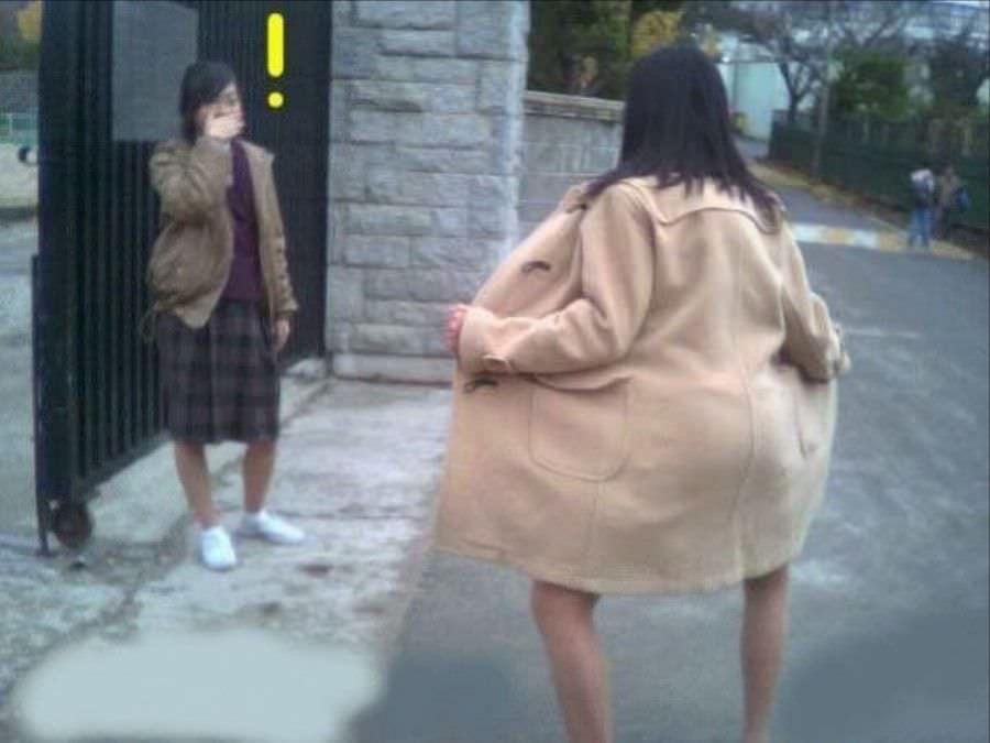 人前でも気にせずおっぱいマンコを露出するド変態素人お姉さんのエロ画像 3219