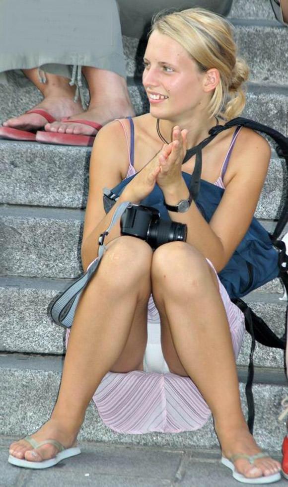 海外素人美人のくっさいマン臭漂うパンチラを街撮り盗撮したエロ画像 324