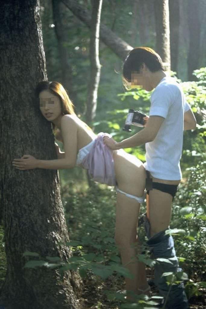 家帰るまで我慢出来ずに野外で彼女を犯す野外セックスエロ画像 368