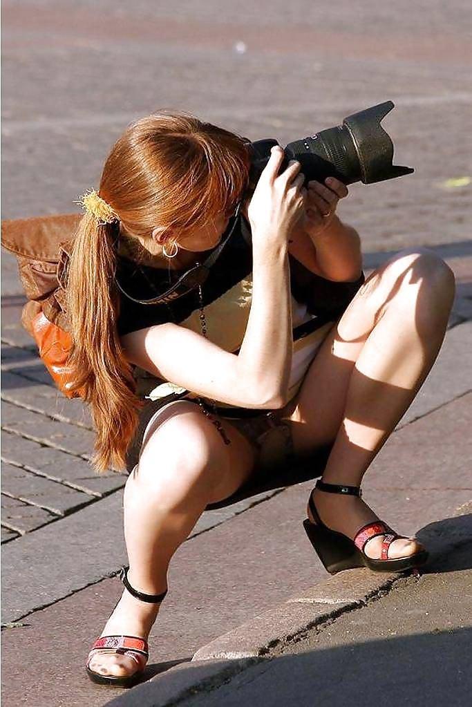 海外素人美人のくっさいマン臭漂うパンチラを街撮り盗撮したエロ画像 392