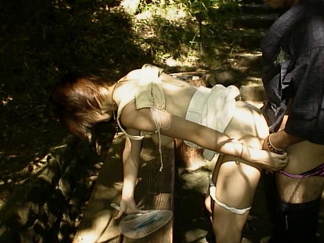 家帰るまで我慢出来ずに野外で彼女を犯す野外セックスエロ画像 395