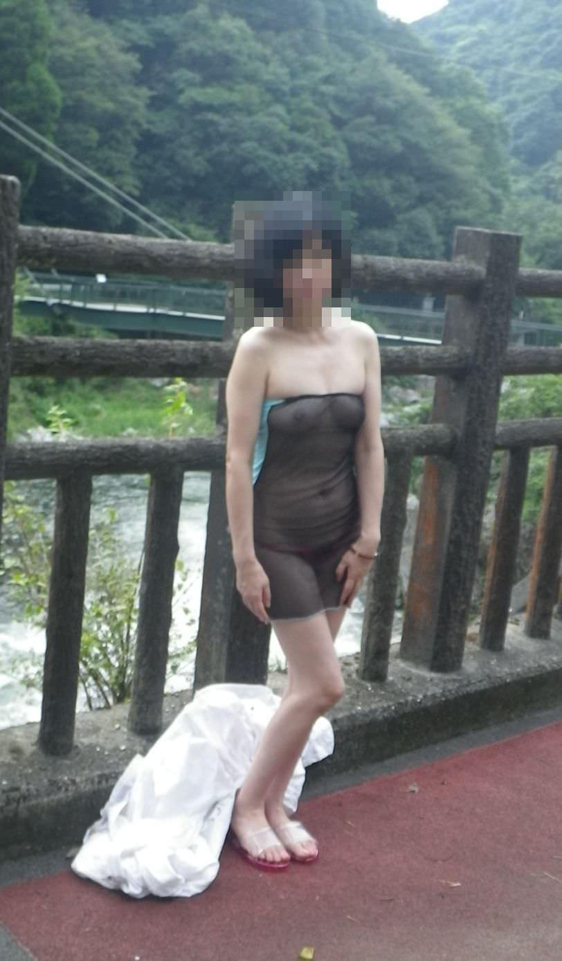 お色気たっぷりシースルーな服でおっぱいマンコが透けてる街撮りエロ画像 42