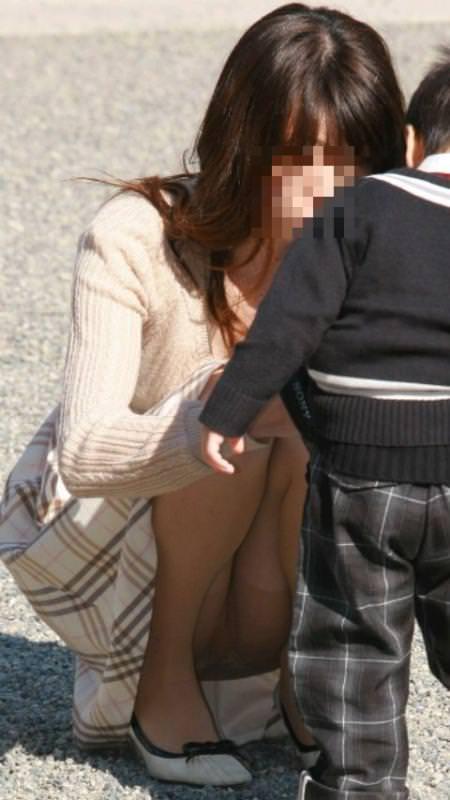 子連れママーンのパンチラを街撮り盗撮wwwww 446