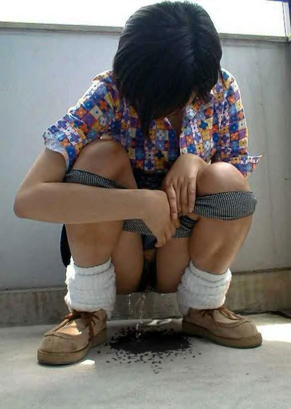 あっちこっちでお構いなしにオシッコする素人放尿女子のエロ画像 47