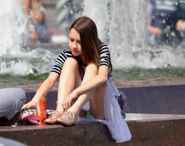 海外素人美人のくっさいマン臭漂うパンチラを街撮り盗撮したエロ画像 471