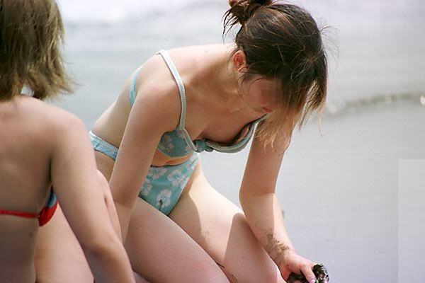 水圧でこぼれた素人娘のビキニおっぱいがエロ過ぎる乳首丸見えエロ画像 528