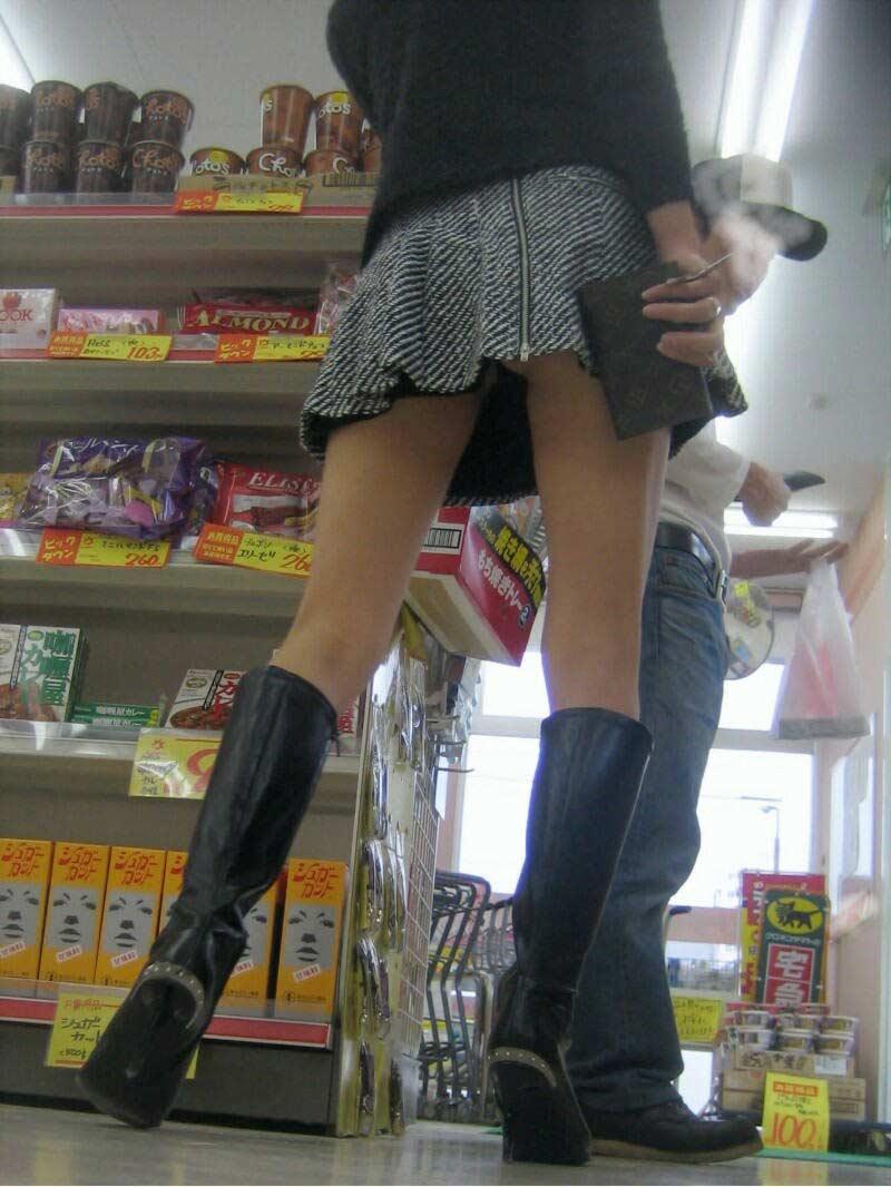 ミニスカにロングブーツで寒さに耐るお姉さんのパンチラ街撮り盗撮wwww 636
