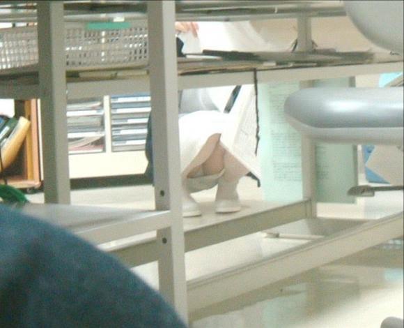 スケベな病人がナースのスカートの中身をガチ盗撮したパンチラ素人エロ画像 69
