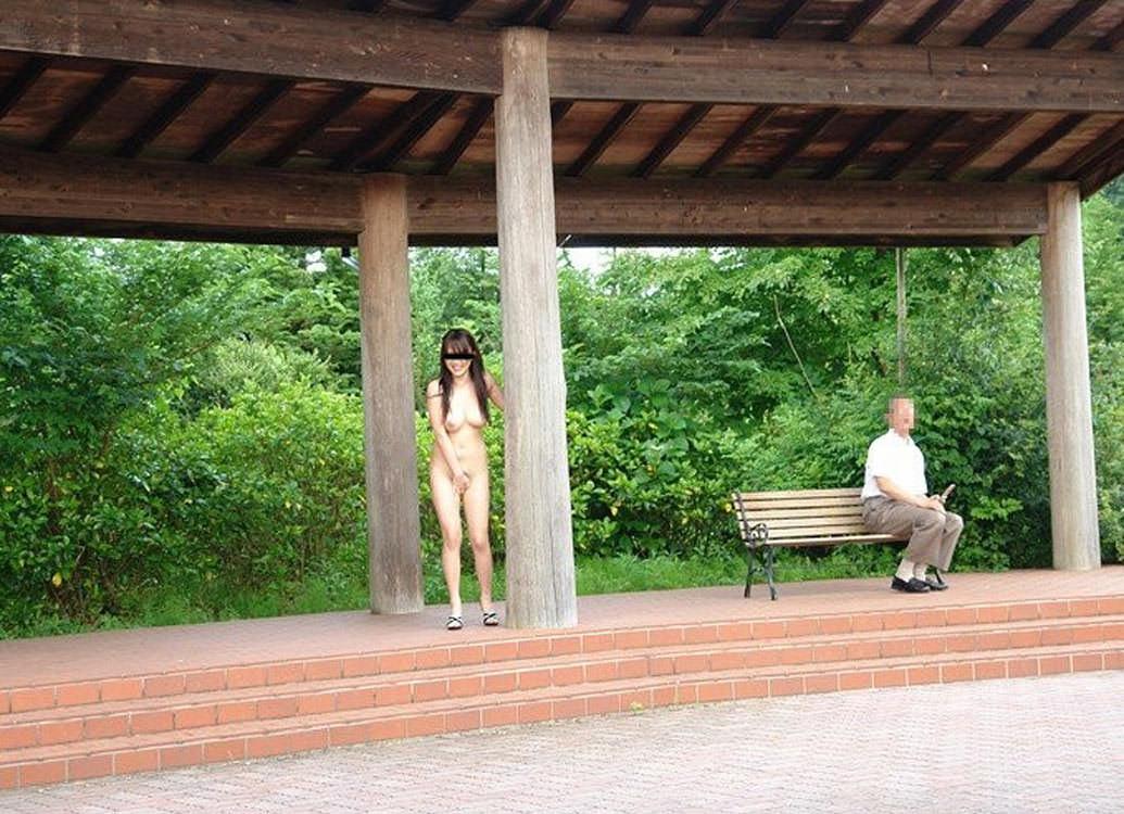 人前でも気にせずおっぱいマンコを露出するド変態素人お姉さんのエロ画像 725
