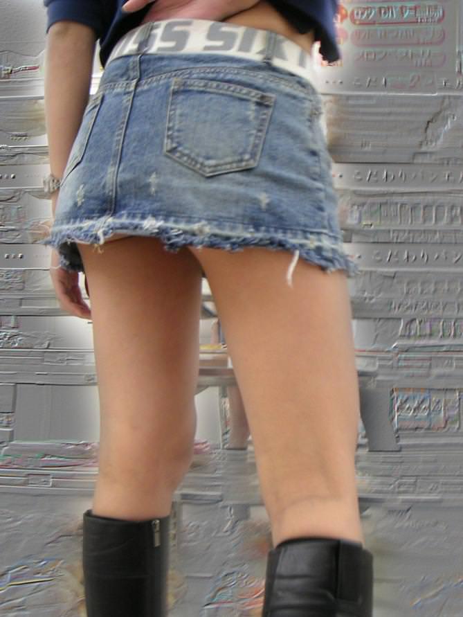 ミニスカにロングブーツで寒さに耐るお姉さんのパンチラ街撮り盗撮wwww 836