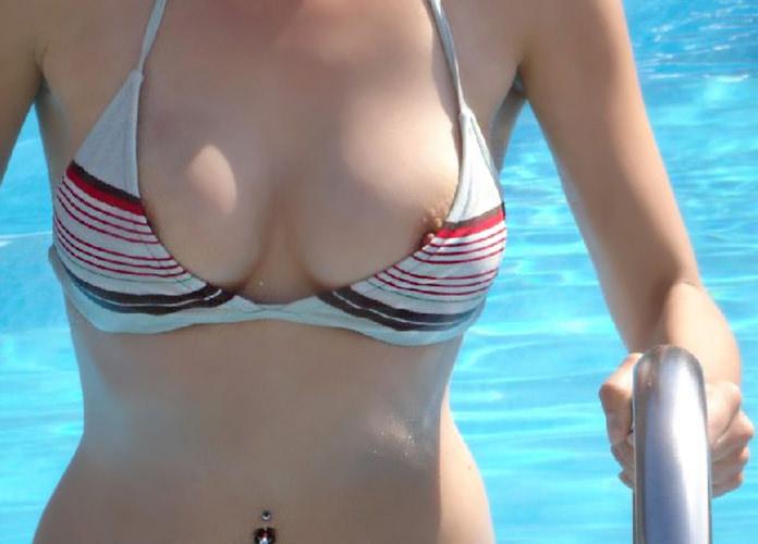 水圧でこぼれた素人娘のビキニおっぱいがエロ過ぎる乳首丸見えエロ画像 928