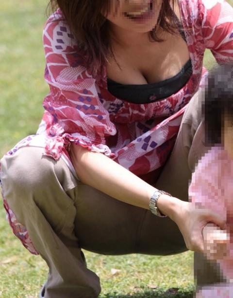 授乳期の素人妻は乳袋を隠し切れないwww胸チラ巨乳おっぱいを街撮り盗撮エロ画像 929