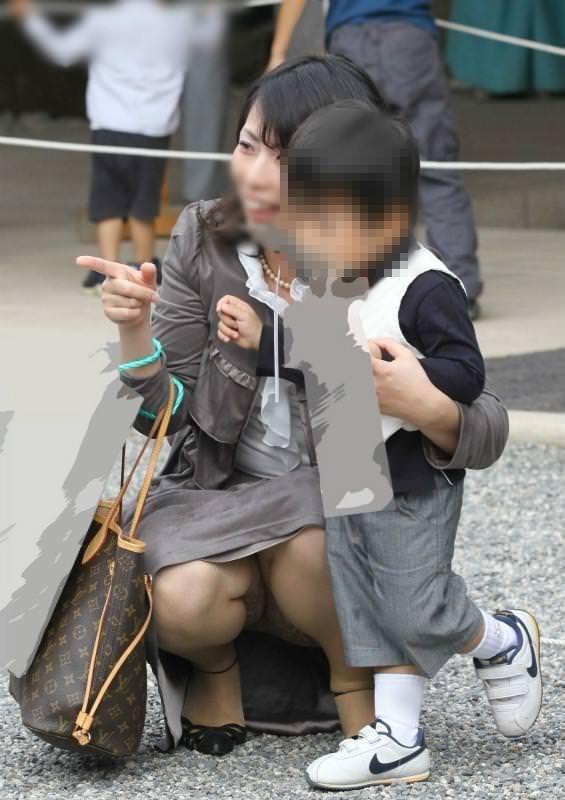 子連れママーンのパンチラを街撮り盗撮wwwww 934
