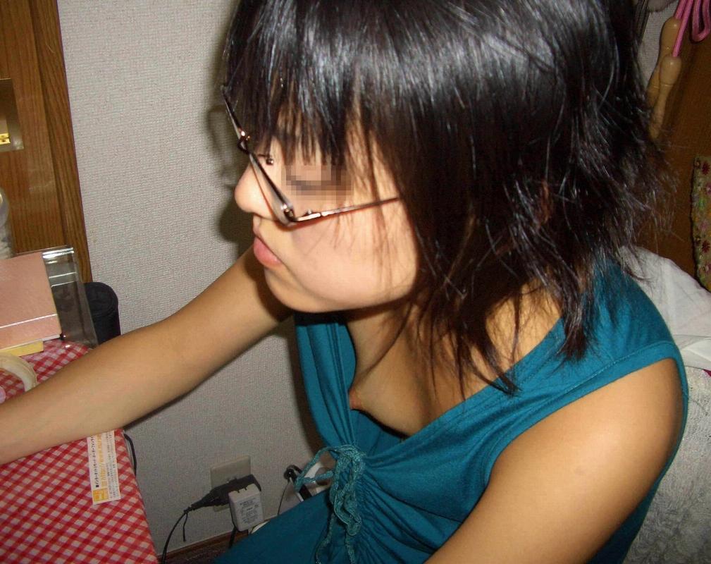 【家庭内盗撮】たまたま見えた胸チラの乳首のエロ画像 0121