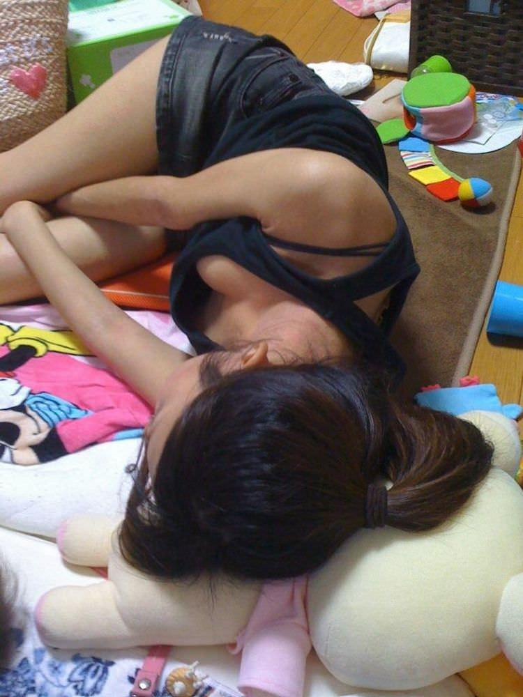 【家庭内盗撮】たまたま見えた胸チラの乳首のエロ画像 0128