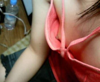 【家庭内盗撮】たまたま見えた胸チラの乳首のエロ画像 0136