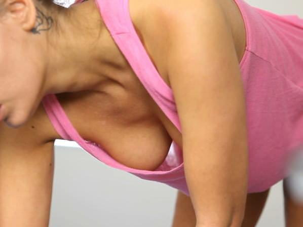 【家庭内盗撮】たまたま見えた胸チラの乳首のエロさは異常wwwwwwwwwwww 0148