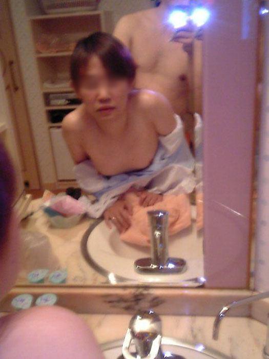 【ハメ撮り流出】素人セフレカップルが服も脱がずに求め合って鏡前でセクロス撮影wwwwwwwwwww 0205