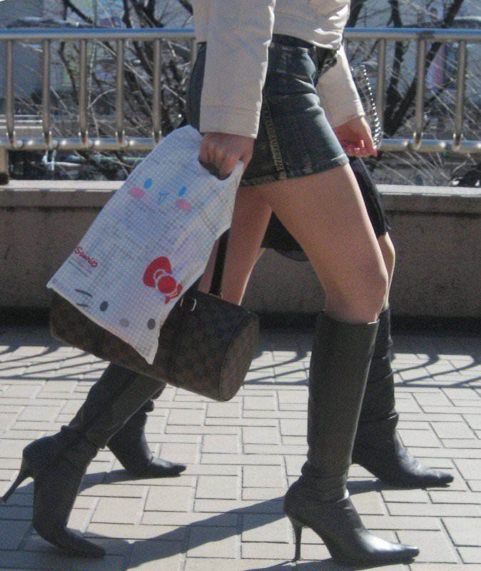 【街撮り盗撮】むちむち肉厚の太ももを強調するミニスカとロングブーツの絶対領域wwwwwwwwww 0427