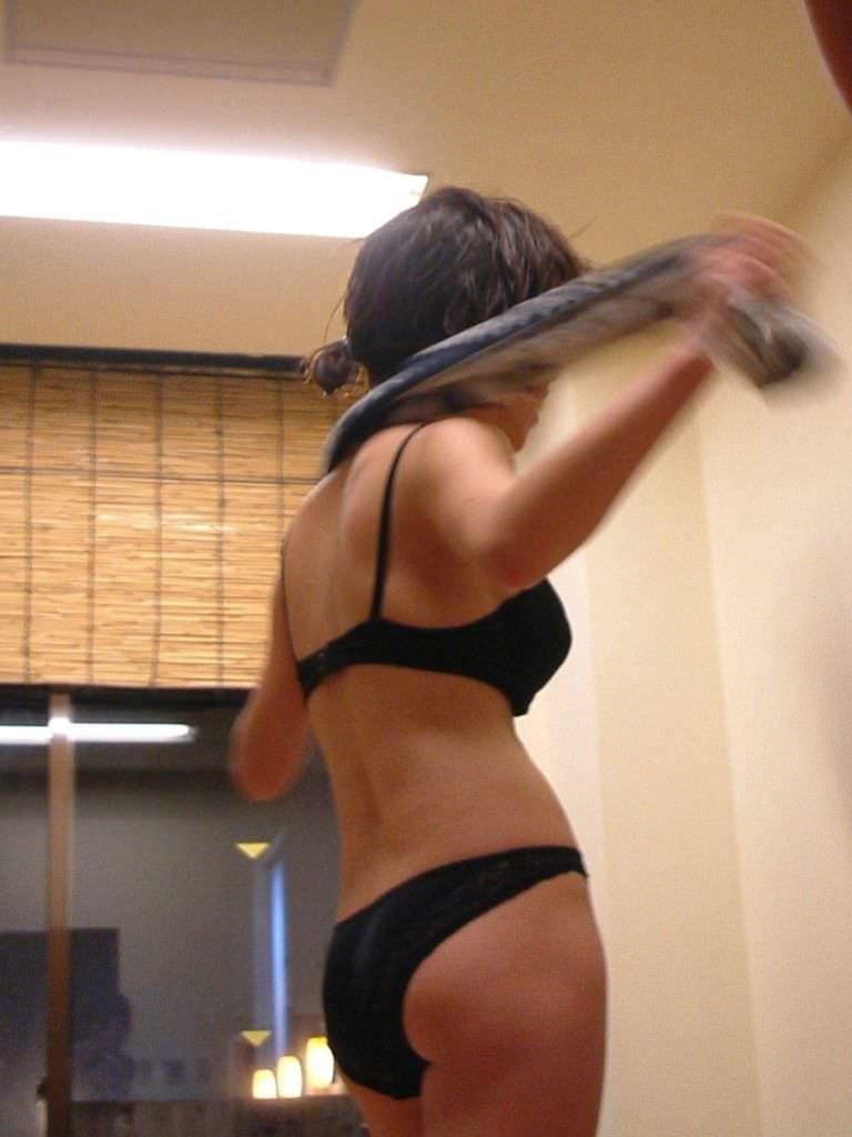 【彼女盗撮】湯上がりタオルで体拭いてる彼女が好きなヤツwwwwwwwwwww 0909