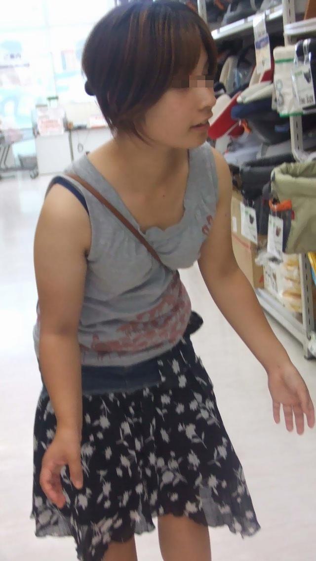 【街撮り盗撮】素人娘の寄せて上げてる貧乳おっぱいに食い込むパイスラwwwwwwwww 0927