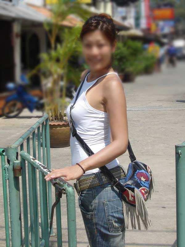 【街撮り盗撮】素人娘の寄せて上げてる貧乳おっぱいに食い込むパイスラwwwwwwwww 0930