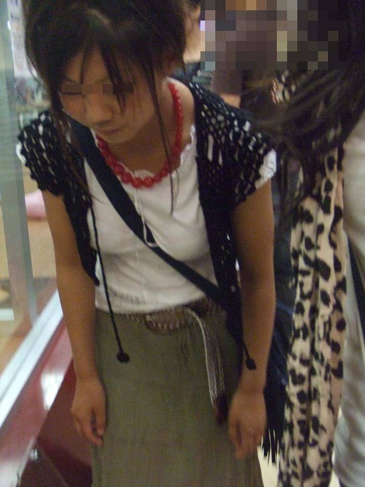 【街撮り盗撮】素人娘の寄せて上げてる貧乳おっぱいに食い込むパイスラwwwwwwwww 0934