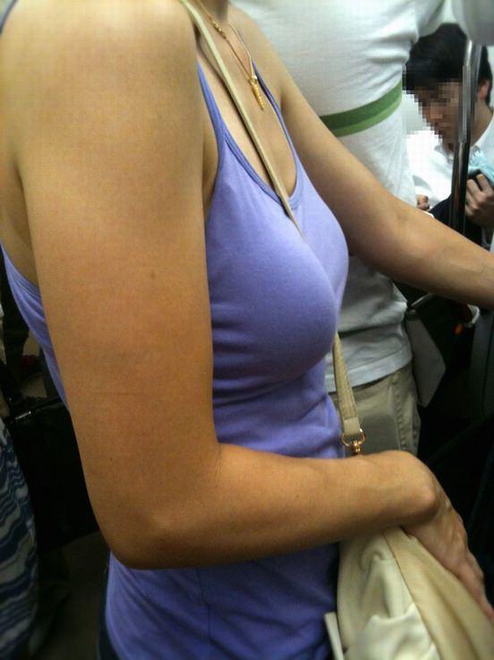 【街撮り盗撮】素人娘の寄せて上げてる貧乳おっぱいに食い込むパイスラwwwwwwwww 0935