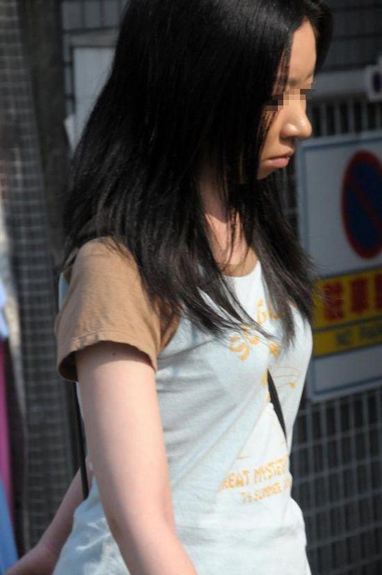 【街撮り盗撮】素人娘の寄せて上げてる貧乳おっぱいに食い込むパイスラwwwwwwwww 0938