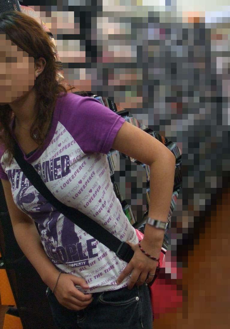 【街撮り盗撮】素人娘の寄せて上げてる貧乳おっぱいに食い込むパイスラwwwwwwwww 0944