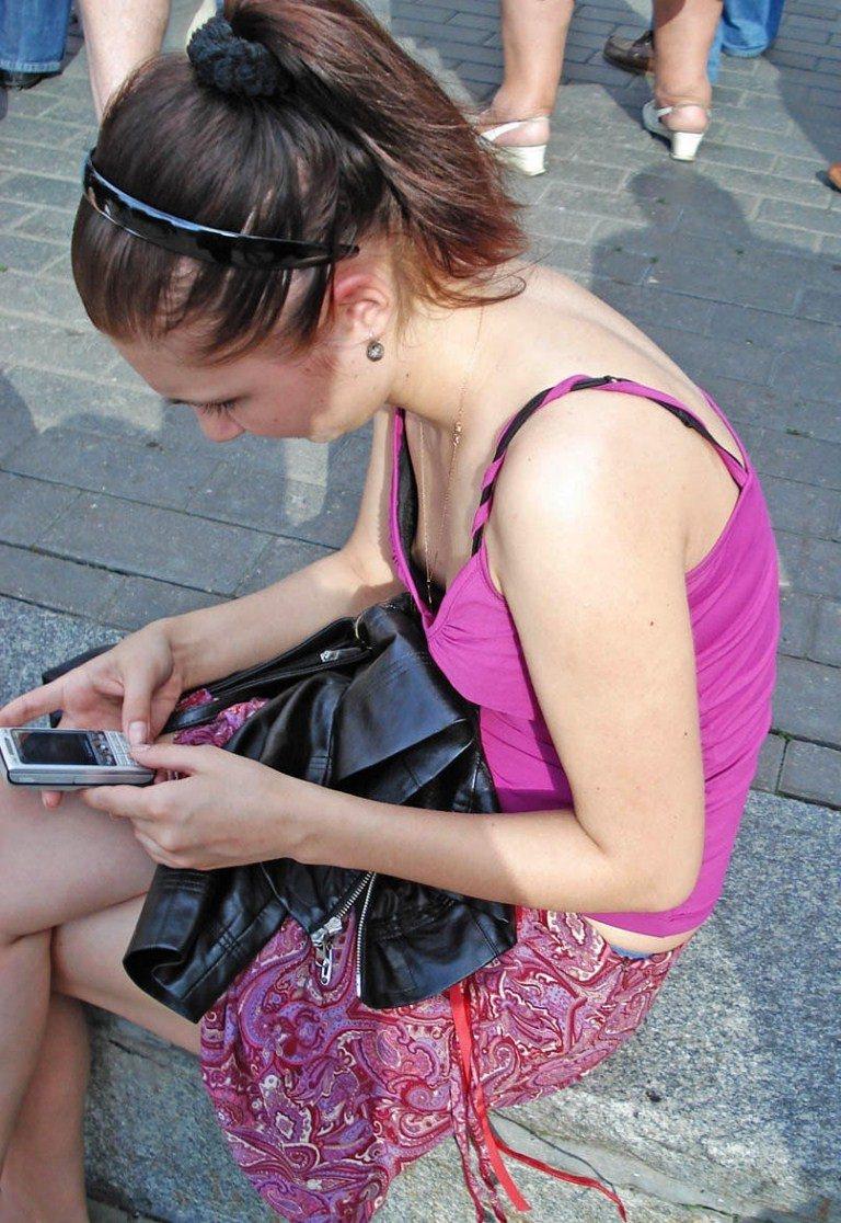 【街撮り盗撮】みんなブラしな過ぎwww海外素人さんの胸チラおっぱいの丸出し乳首wwwww 2106