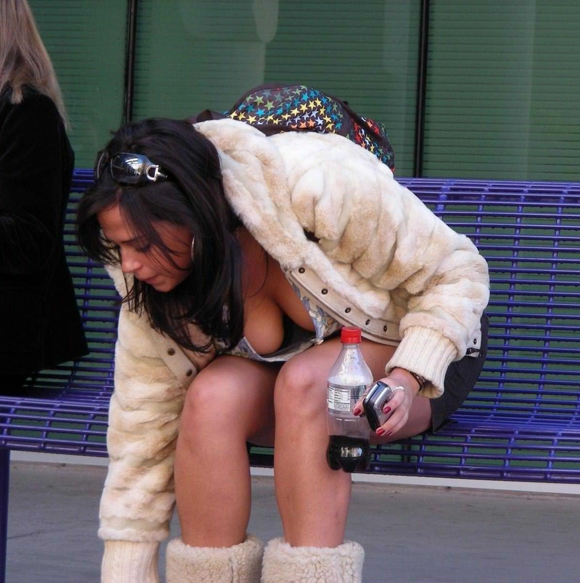 【街撮り盗撮】みんなブラしな過ぎwww海外素人さんの胸チラおっぱいの丸出し乳首wwwww 2108