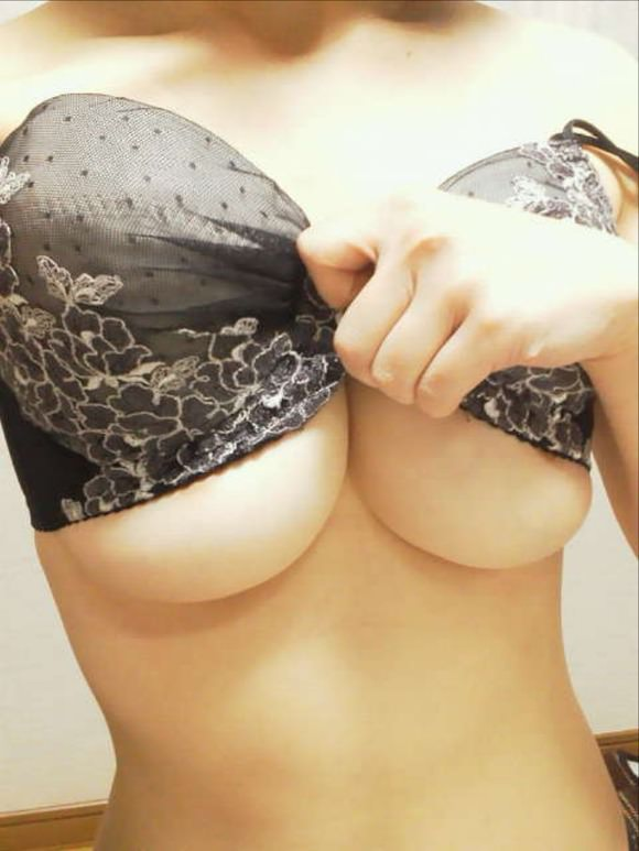 【女神投稿】乳首が見えそうで見えないもどかし杉る際どい素人の自画撮りおっぱいwwwwwww 2321